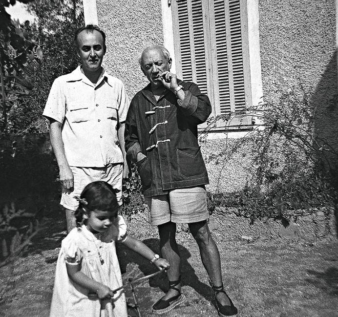 """Cícero Dias, Pablo Picasso e Sylvia, filha do brasileiro e afilhada do espanhol, em Paris. Imagem do filme """"Cícero Dias, o Compadre de Picasso"""", de Vladimir Carvalho."""