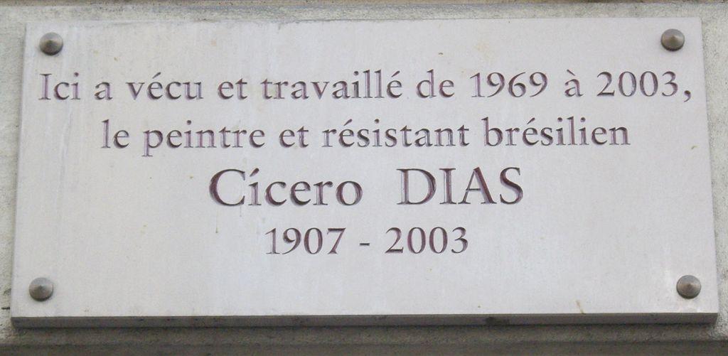 """Placa na residência do pintor em Paris (123 Rue de Longchamp): """"Aqui viveu e trabalhou de 1969 a 2003, o pintor e ativista brasileiro Cícero Dias"""""""